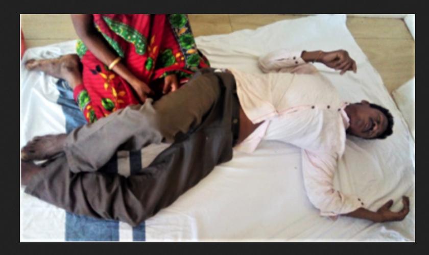 Kama Sodi diante de sua esposa, depois de aldeões animistas o espancarem no estado de Odisha, na Índia. (Foto: Reprodução / Morning Star News)