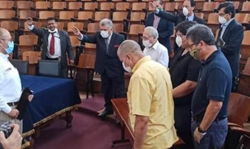 O ministro da Saúde do Peru, Víctor Zamora, recebe orações de líderes evangélicos. (Foto: Reprodução/Evangélico Digital).