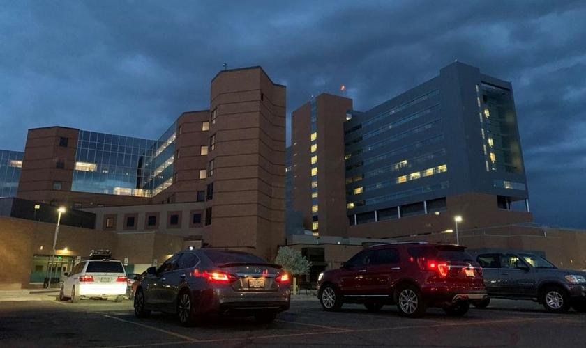 Carros do lado de fora do St. Mary's Medical Center, com as luzes piscando no sábado no evento Community Prayer for Healthcare Workers. (Foto: Nathan Deal / The Daily Sentinel)