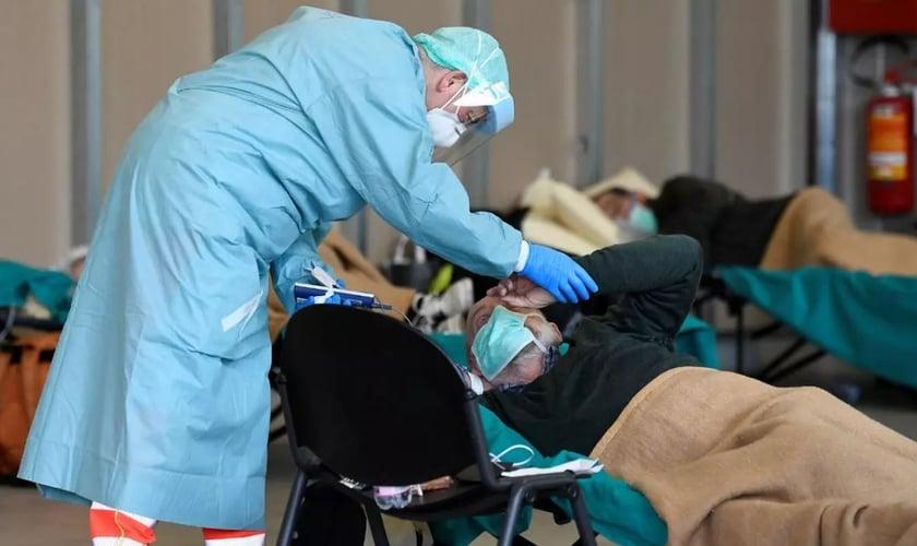 Equipe médica ajuda pacientes dentro do hospital Spedali Civili em Brescia, na Itália. (Foto: Flavio Lo Salzo/Reuters)