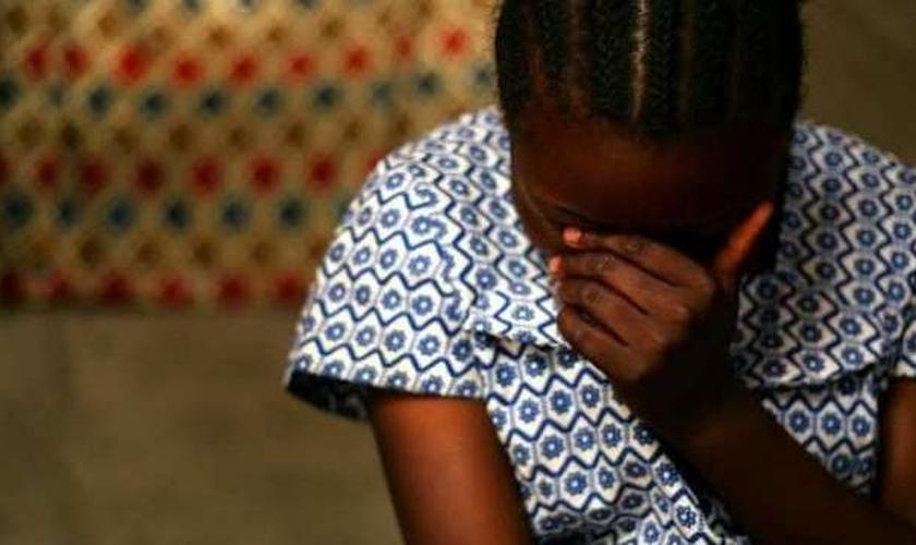 Jovem cristã é atacada por evangelizar em sua vila. (Foto ilustrativa: Reprodução/Pulse)