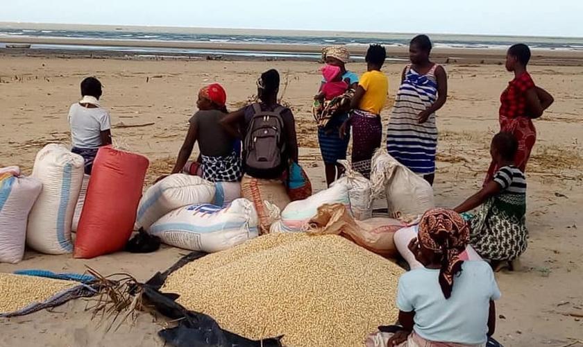 Barcos estão sendo usados para distribuir alimentos na África. (Foto: Missão Mãos Estendidas)