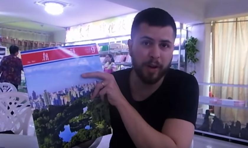 Rafael Diedrich leu trecho da Bíblia escondido dentro de publicação local, na Coreia do Norte. (Foto: Reprodução/YouTube)