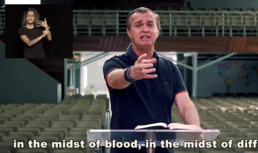 O apóstolo Luiz Hermínio ministra no The Send Brasil, na tarde de sábado (25). (Foto: YouTube).