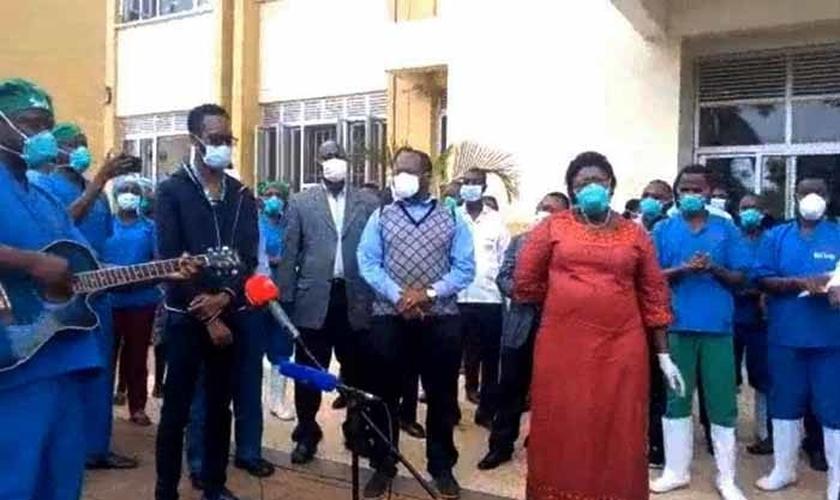 Médicos e ministra de Estado da Atenção Primária à Saúde, Moriku Joyce, comemoram alta de 10 pacientes recuperados da Covid-19 em Entebbe. (Foto: Reprodução/UGCN)