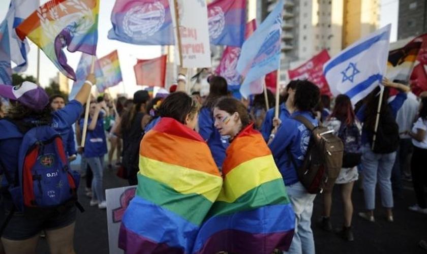 Israelenses participam da primeira parada anual do Orgulho Gay na cidade de Berseba, no sul de Israel, em 22 de junho de 2017. (Foto: AFP / Menahem Kahana)