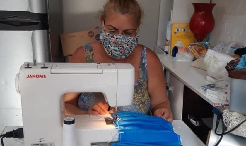 Zenilda produz voluntariamente, em média, 350 máscaras por dia. (Foto: Arquivo pessoal)