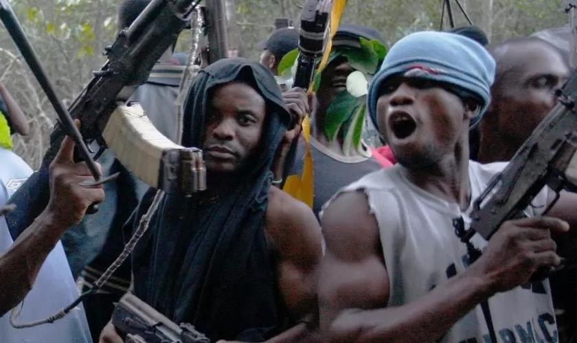 Grupos terroristas Fulani exibem armas, na Nigéria. (Foto: Reprodução/Premier)