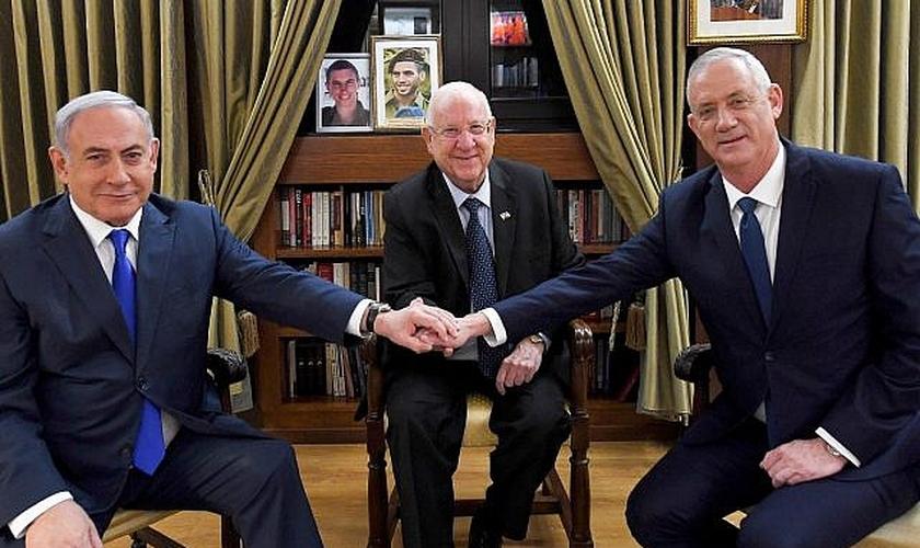 Presidente israelense Reuven Rivlin (centro) em reunião com o primeiro-ministro, Benjamin Netanyahu, e seu ex-opositor, Benny Gantz. (Foto: Haim Zach/GPO)