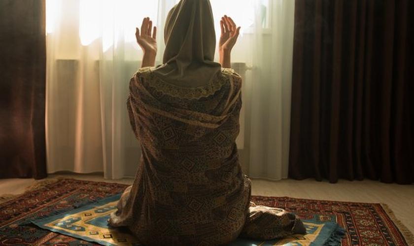 Muçulmanos que se convertem ao cristianismo no norte da África precisam manter sua fé em segredo para garantir sua segurança. (Foto: Shutterstock)