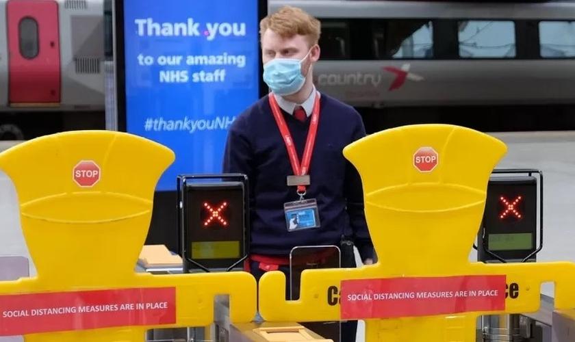 Capelania ferroviária atua para ajudar pessoas em meio à pandemia no Reino Unido. (Foto: Reprodução/Premier)