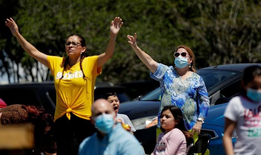 Fiéis participam de culto no estacionamento da Xtreme Harvest Church no Texas, EUA. (Foto: AP/Eric Gay)