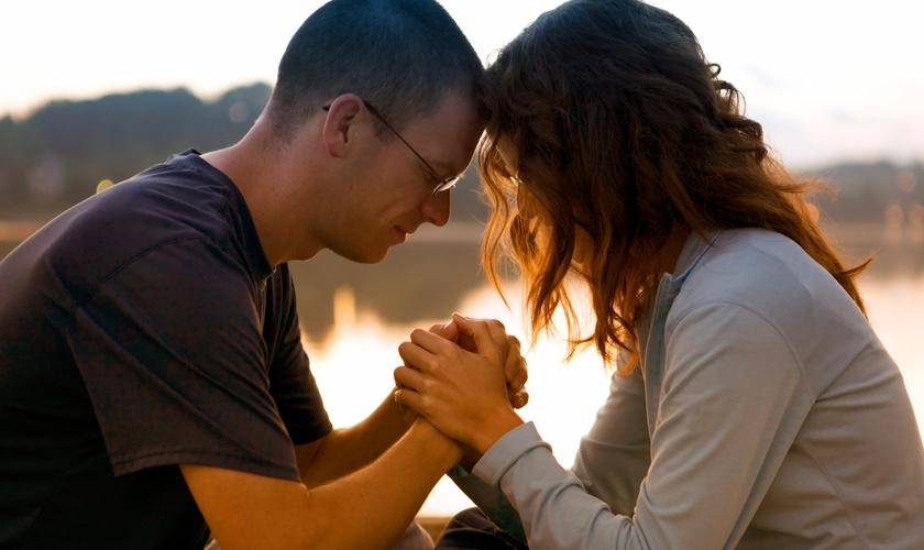 Marido ora com esposa em momento devocional. (Foto: kcm)