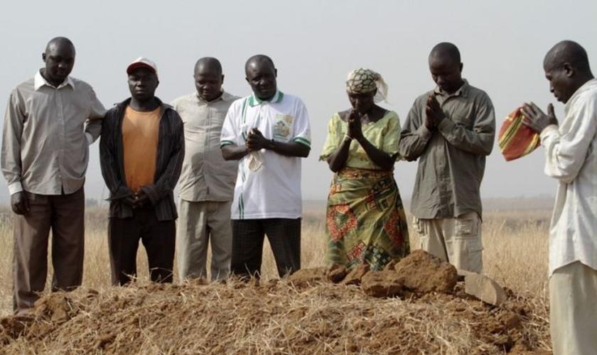 Membros de uma família cristã choram pela morte três parentes que foram mortos por terroritas Fulani armados em Jos, estado de Plateau, Nigéria. (Foto: Reuters)