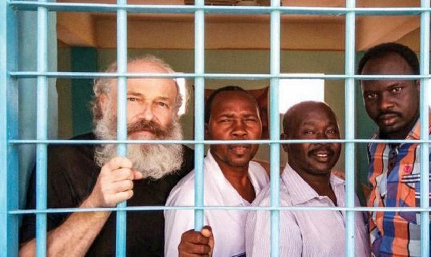Petr Jasek (à esquerda) e outros cristãos presos por sua fé sob acusações de espionagem em 2015 e mantidos por mais de um ano no Sudão. (Foto: Reprodução/Fox News)