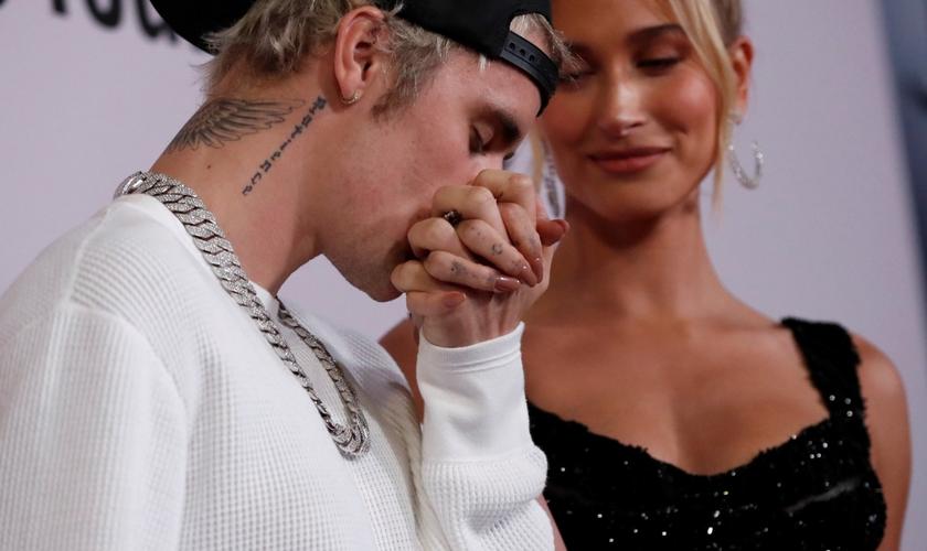 """Justin Bieber beija a mão de sua esposa, Hailey Baldwin, na estréia do documentário """"Justin Bieber: Seasons"""" em Los Angeles. (Foto: Reuters/Mario Anzuoni)"""