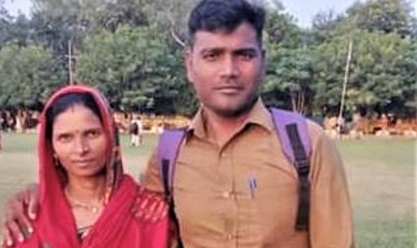 O pastor Ramesh Kumar e sua esposa. (Fonte: Reprodução/ Morning Star News)