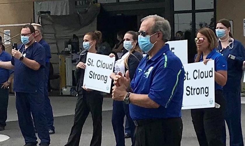 Governador Nathan Blackwell participa de ação de apoio a profissionais da linha da frente de combate ao coronavírus na Flórida. (Foto: Baptist Press)