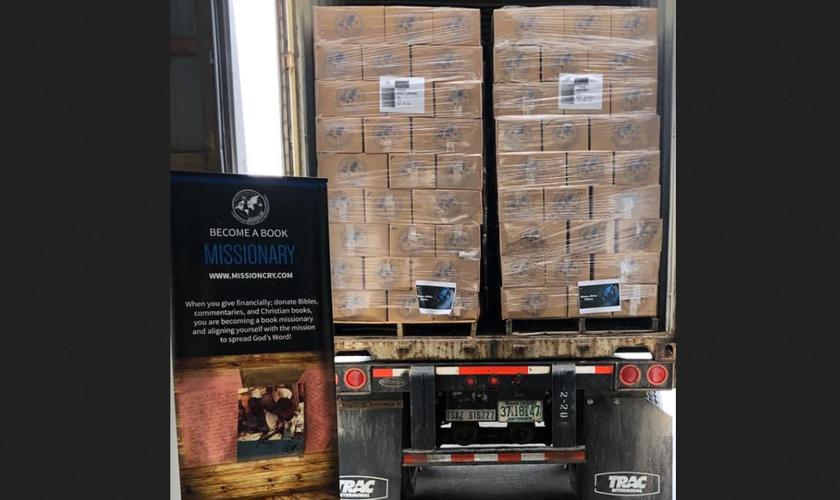 Caminhão carregado de Bíblias e literatura cristã, da Mission Cry. (Foto: Reprodução/MNN)