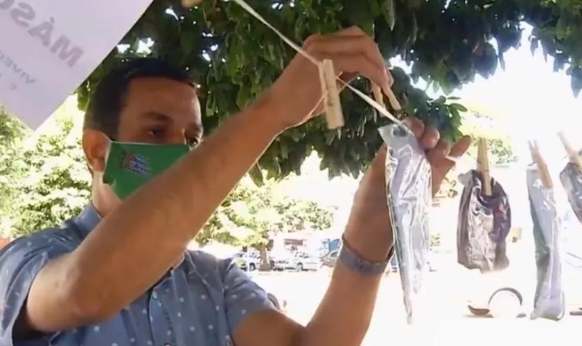 """Igreja cria """"varal solidário"""" para doar máscaras a quem precisa em Morrinhos. (Foto: Reprodução/TV Anhanguera)"""