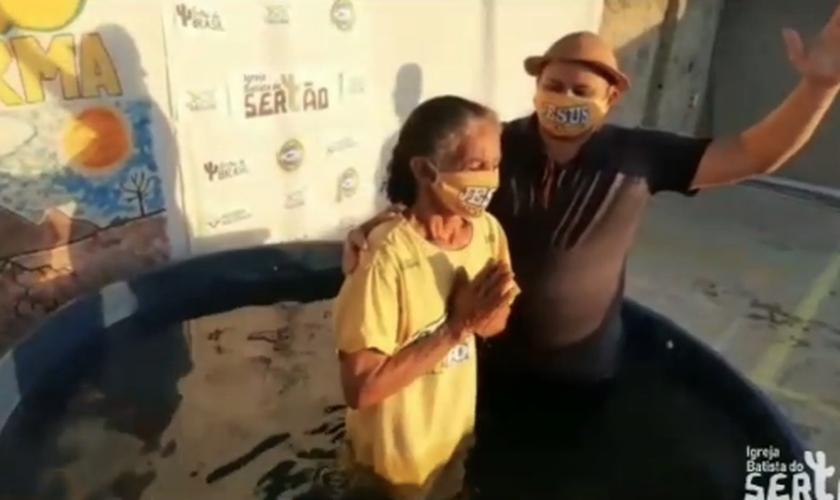 Meire foi uma das batizadas no sertão da Bahia. (Foto: Reprodução/Instagram)