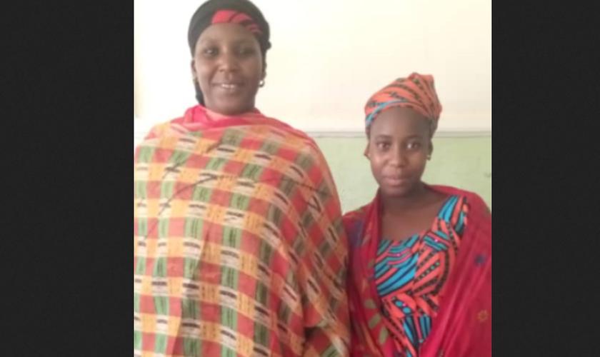 Sadiya Amos Chindo, sequestrada em janeiro de 2020, voltou para sua mãe depois de um mês. (Foto: Reprodução/WWM)