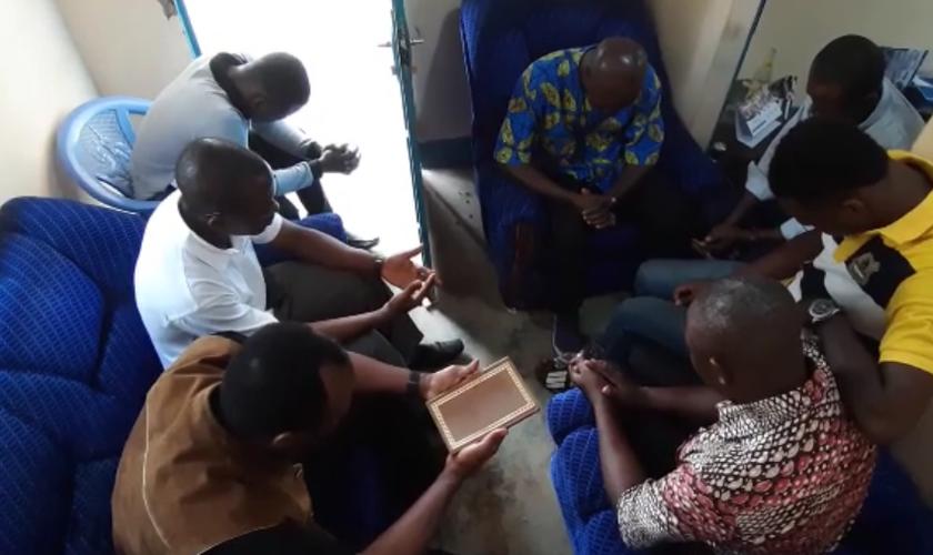"""Grupos celebram Bíblia com tradução em língua """"vital"""" falada na África Ocidental. (Foto: Reprodução/Evangelical Focus)"""