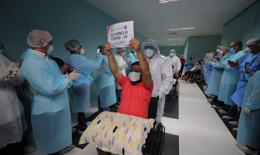 Paciente celebra recuperação da Covid-19 no Amazonas. (Foto: Diego Peres/Secom-AM)