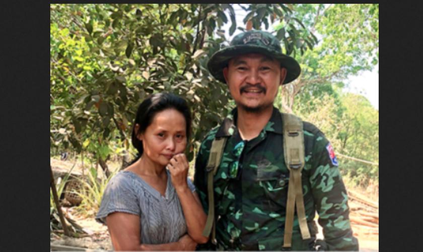 Naw Tu ao lado de um missionário da Free Burma Rangers. (Foto: Reprodução/Free Burma Rangers)