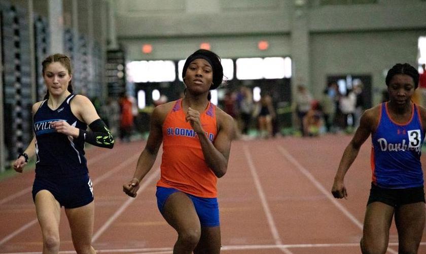 Transgênero Terry Miller (centro) corre em uma corrida preliminar nas corridas de 55 metros de meninas em New Haven, em 21 de fevereiro de 2020. (Foto: FRANKIE GRAZIANO / CONNECTICUT PUBLIC)