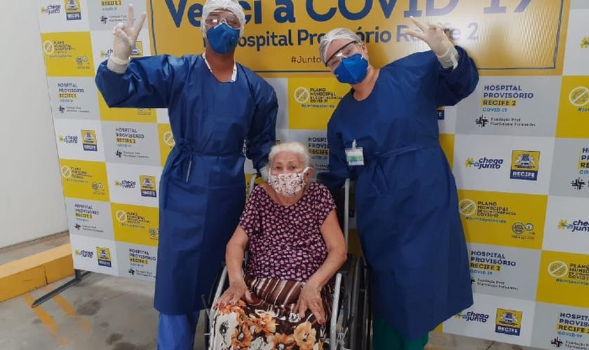 Dona Amara recebeu alta do Hospital Provisório dos Coelhos nessa terça-feira (2). (Foto: Divulgação/PCR)