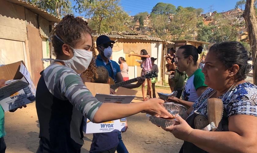 Voluntários cristãos entregam as refeições diariamente. (Foto: Everaldo Carlos)