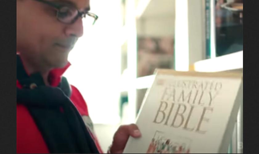 Rahil Patel conheceu Jesus quando folheava uma Bíblia para crianças. (Foto: Reprodução/God Reports)