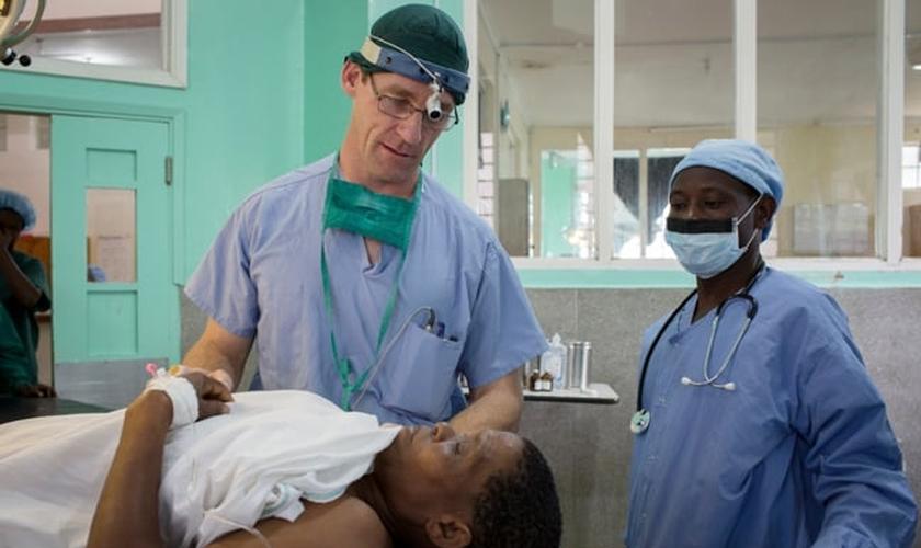 Andrew Browning examina uma mulher na África. (Foto: Reprodução/ Collective Hub)