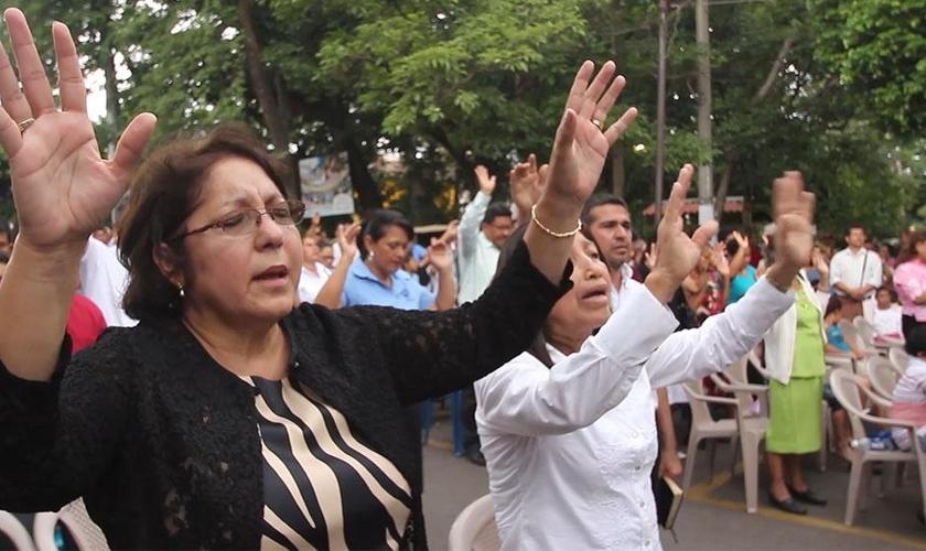 Cristãos evangélicos durante culto em El Salvador. (Foto: Reprodução/CBN News)