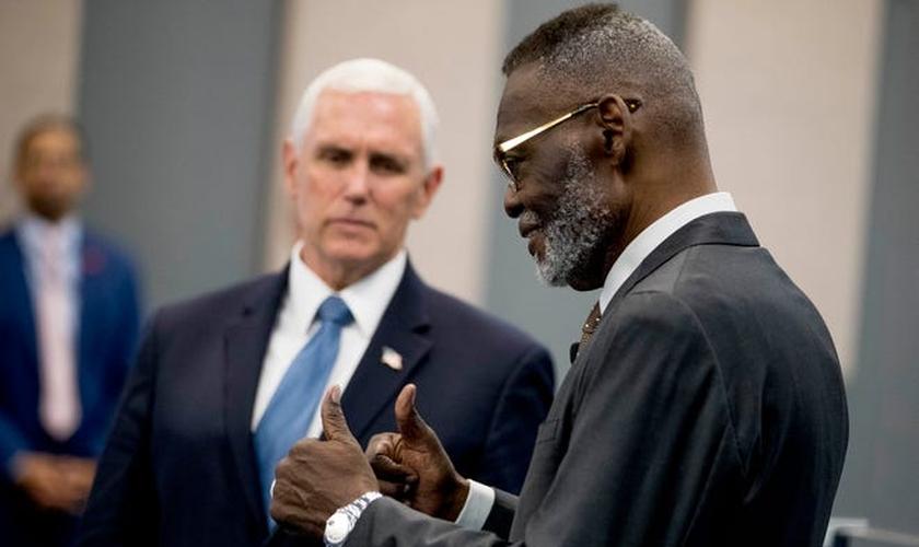 Vice presidente dos EUA, Mike Pence, e o bispo Harry Jackson na Hope Christian Church. (Foto: Andrew Harnik/AP)