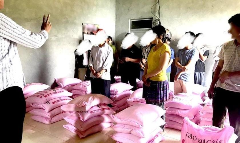 Representantes de famílias cristãs que tiveram ajuda negada pelo governo anteriormente, receberam doações levadas por missionários parceiros da Portas Abertas (EUA). (Foto: Portas Abertas / EUA)