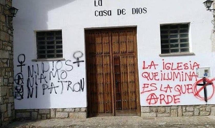Grafite na fachada de uma igreja católica na Espanha. (Foto: Reprodução/OLRC)