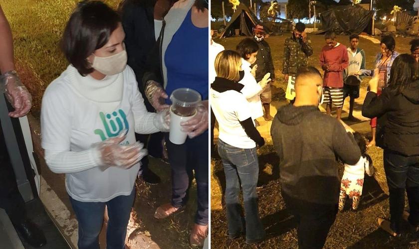 A primeira-dama distribuiu sopa e orou com moradores de rua. (Foto: Instagram/Michelle Bolsonaro)