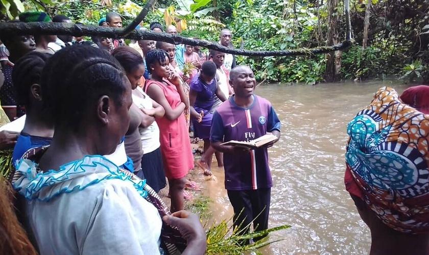 Pastor prega na floresta, em Camarões. (Foto: Reprodução/Novo)