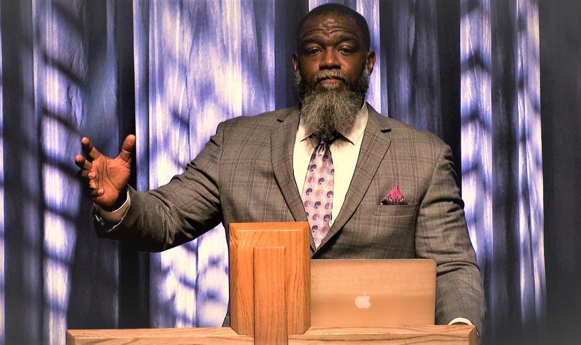 Voddie Baucham é teólogo, palestrante e decano de Teologia da Universidade Cristã Africana em Lusaka, Zâmbia. (Foto: Youtube / Reprodução)