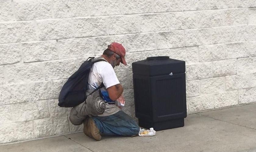 O morador de rua Steve ora a Deus por ajuda. (Foto: Reprodução / John Brantley)
