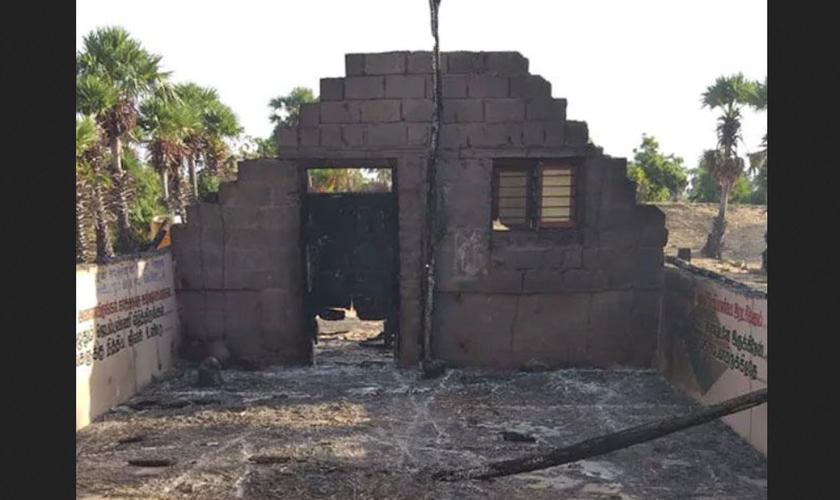 Incendiários reduziram a igreja do Evangelho da Paz Real na zona rural de Vayalur a escombros queimados. (Foto: Reprodução/Barnabas Fund)