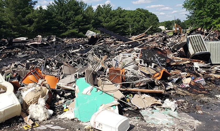 Destroços deixados após o incêndio que atingiu o santuário da Igreja Assembleia de Deus em Clinton. (Foto: Reprodução / AG News)