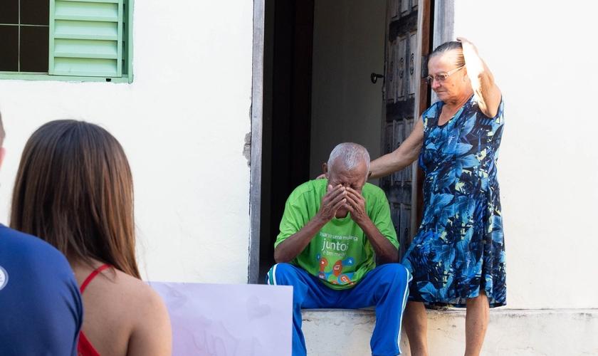 Idosos ficaram emocionados com ações dos voluntários. (Foto: Divulgação)