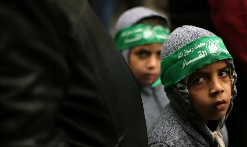Crianças palestinas usando bandanas do Hamas participam de uma manifestação contra a decisão do presidente Trump de reconhecer Jerusalém como a capital de Israel, na Faixa de Gaza. (Foto: Reprodução: Ibraheem Abu Mustafa / Reuters)