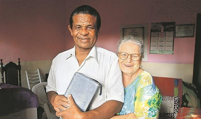 Pastor Evandro com a mulher, Onércia, e a Bíblia, já em casa. (Foto: Dayana Souza/AT)