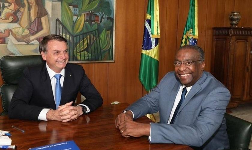 O presidente Jair Bolsonaro ao lado do novo ministro da Educação, Carlos Alberto Decotelli da Silva. (Foto: Reprodução/Twitter)