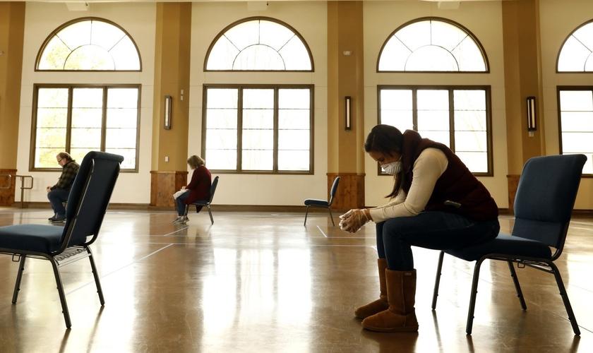 Membros observam o distanciamento social e outras precauções para realização de cultos. (Foto: Carolyn Cole / Los Angeles Times)