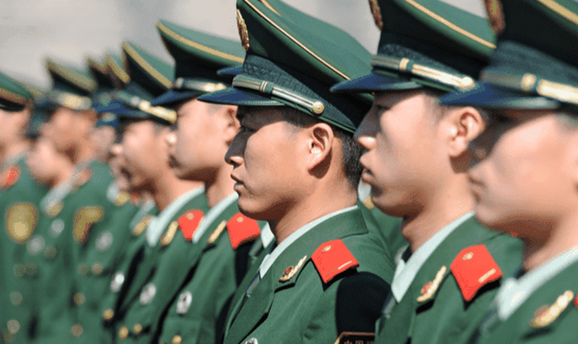 Soldados chineses em guarda na área de Tiananmen durante o 18º Congresso Nacional da China, em Pequim. (Foto: Reprodução/Shutterstock)